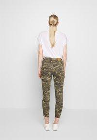 Cream - PENORA 7/8 PANTS - Bukse - sea green printed - 2
