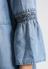 Cream - LUSSA DRESS - Dongerikjole - light blue denim - 3