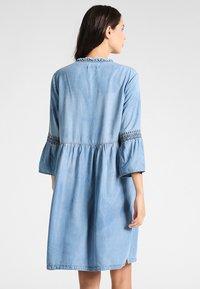 Cream - LUSSA DRESS - Dongerikjole - light blue denim - 2