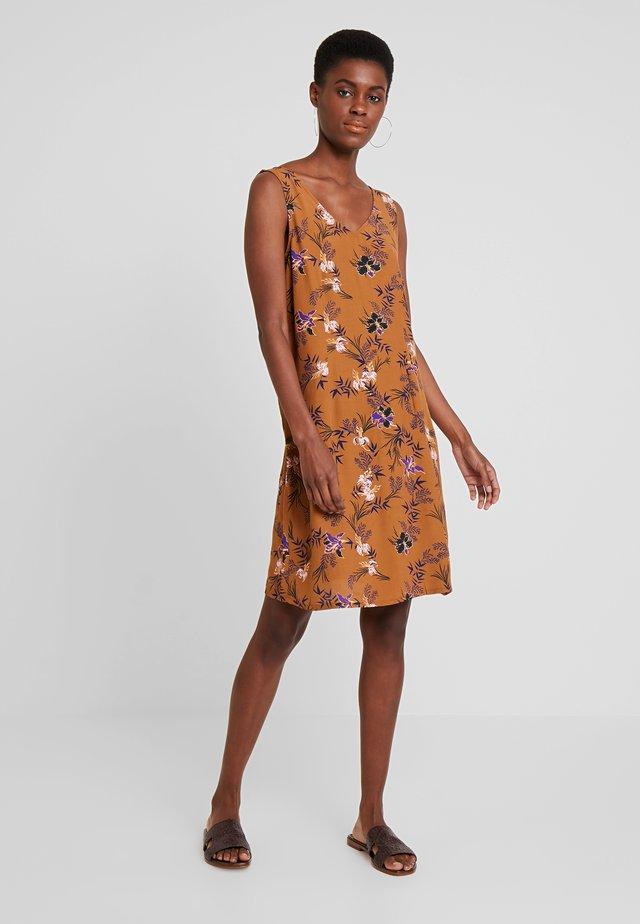 VIVIAN SLEEVELESS DRESS - Kjole - bronzed