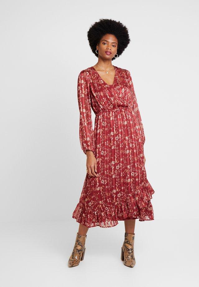 NILA WRAP DRESS - Denní šaty - merlot red
