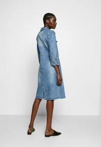 Cream - ROSITA DRESS - Dongerikjole - light blue denim - 2