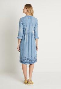 Cream - ELLIS DRESS - Dongerikjole - blue - 3
