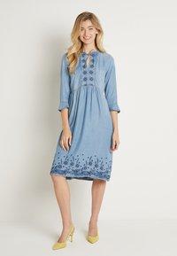 Cream - ELLIS DRESS - Dongerikjole - blue - 0