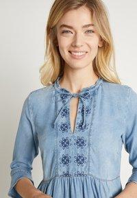 Cream - ELLIS DRESS - Dongerikjole - blue - 6