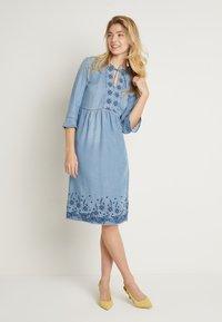 Cream - ELLIS DRESS - Dongerikjole - blue - 2