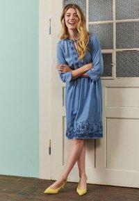 Cream - ELLIS DRESS - Dongerikjole - blue - 4