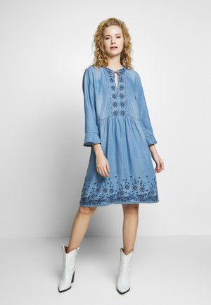 ELLIS DRESS - Denimové šaty - blue
