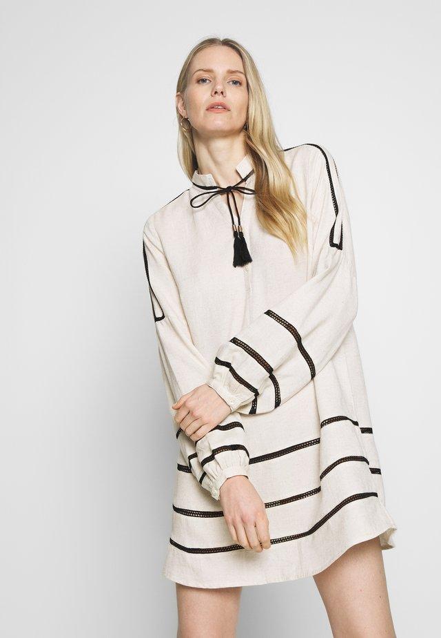 RANJACR - Korte jurk - oat