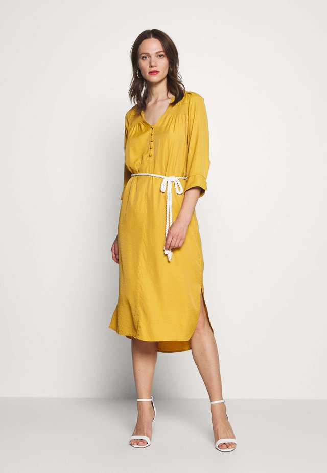 VICKY DRESS - Košilové šaty - tinsel