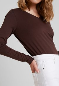 Cream - NAIA LONG SLEEVE  - T-shirt à manches longues - chicory coffee - 5