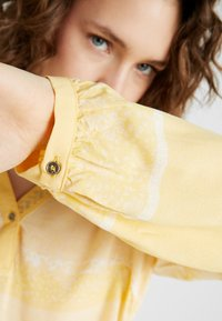 Cream - INA BLOUSE - Bluser - yellow - 3