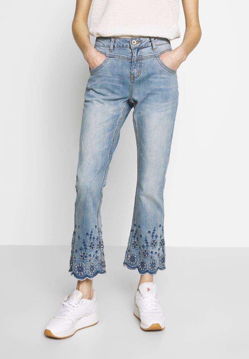 Cream - BOLETTECR SHAPE FIT - Široké džíny - light blue