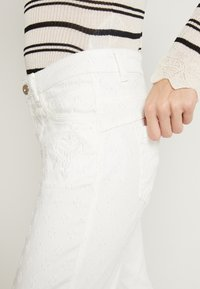 Cream - ROBINA BAIILY FIT - Jeans Relaxed Fit - chalk - 4