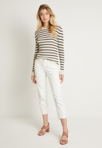 Cream - ROBINA BAIILY FIT - Jeans Relaxed Fit - chalk - 1