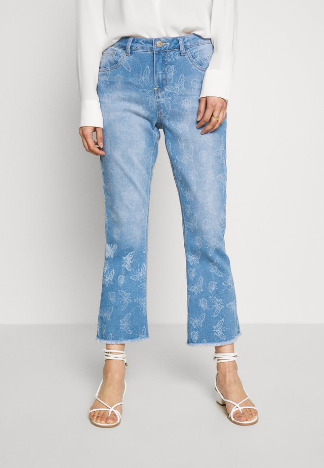 MASON SHAPE FIT - Flared jeans - light blue