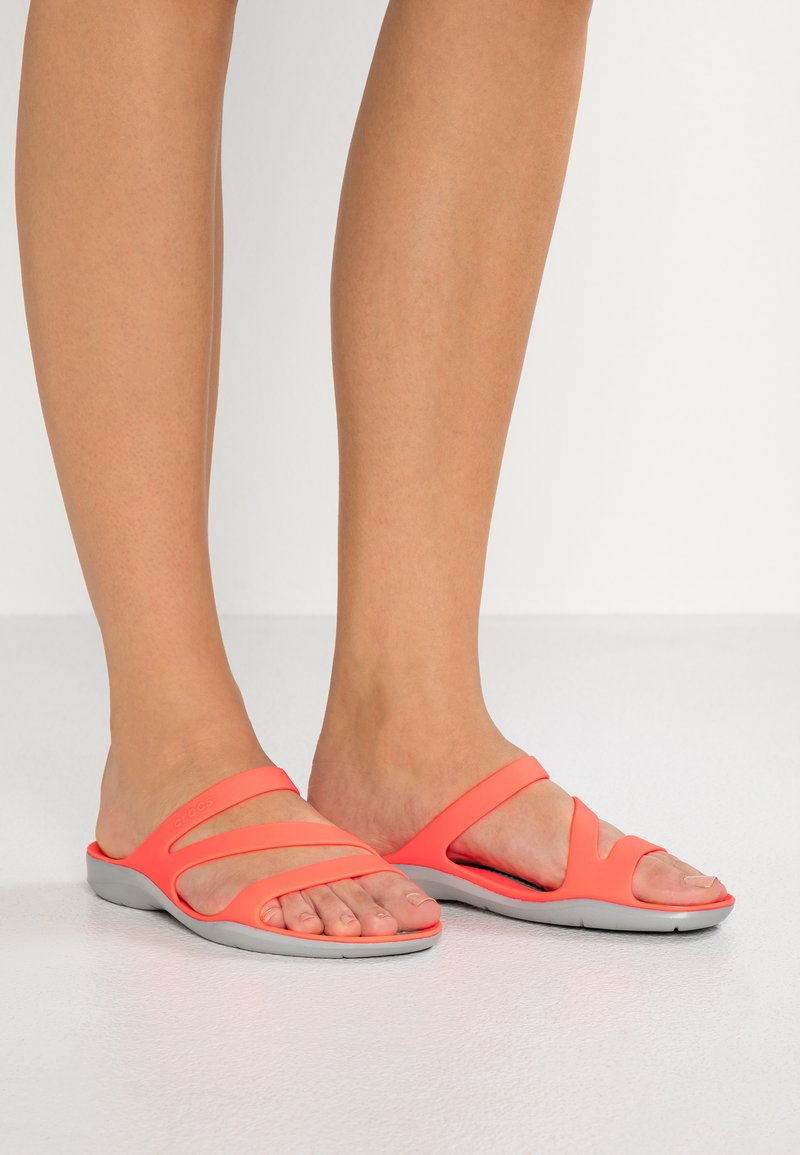 Crocs - SWIFTWATER - Badslippers - bright coral/light grey