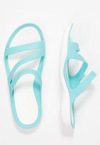 Crocs - SWIFTWATER - Chanclas de baño - pool/white - 3