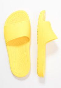 Crocs - SLOANE  - Kapcie - lemon - 3