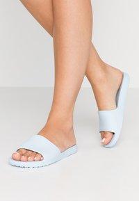 Crocs - SLOANE  - Kapcie - mineral blue - 0