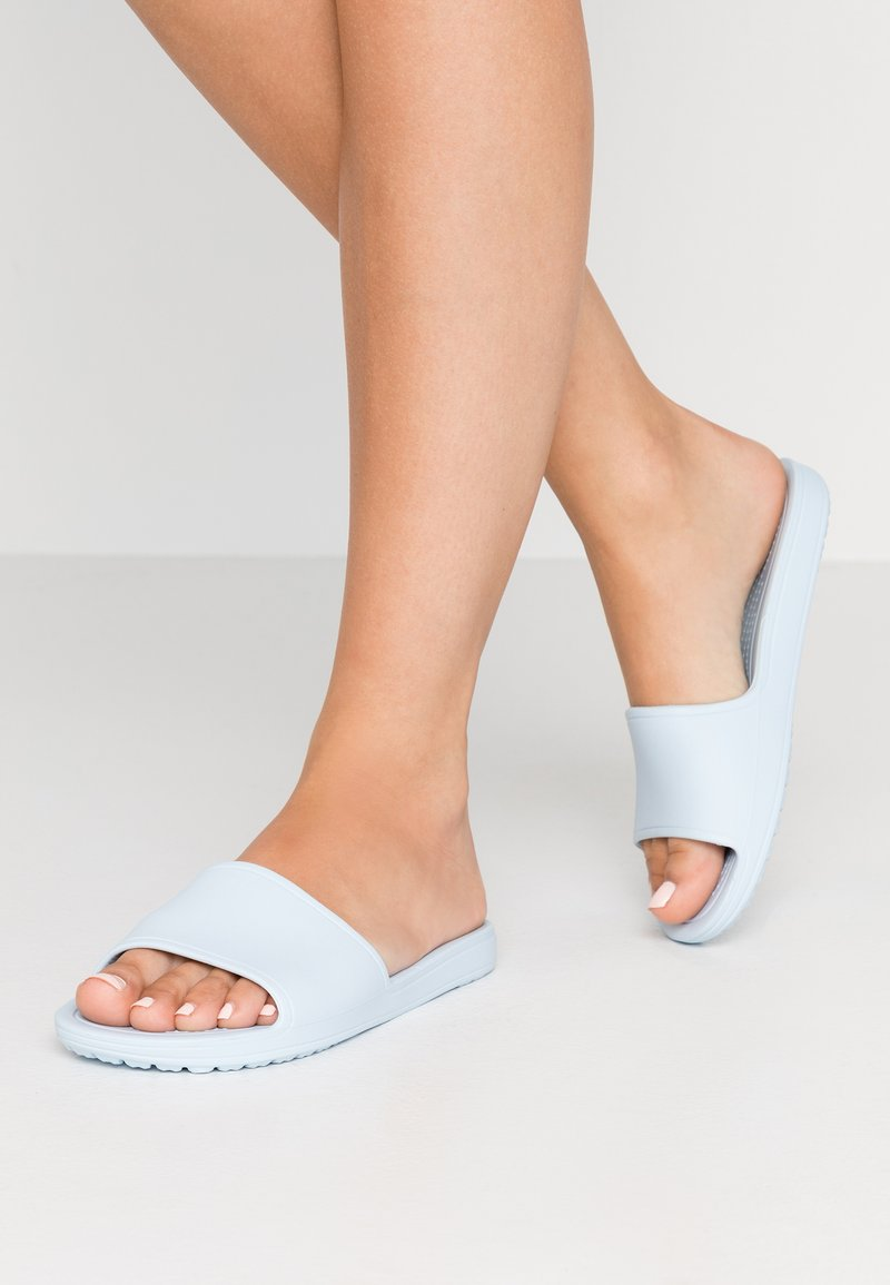 Crocs - SLOANE SLIDE  - Sandalias planas - mineral blue