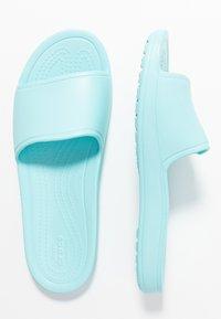 Crocs - SLOANE  - Sandały kąpielowe - ice blue - 3