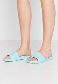Crocs - SLOANE  - Sandały kąpielowe - ice blue - 0