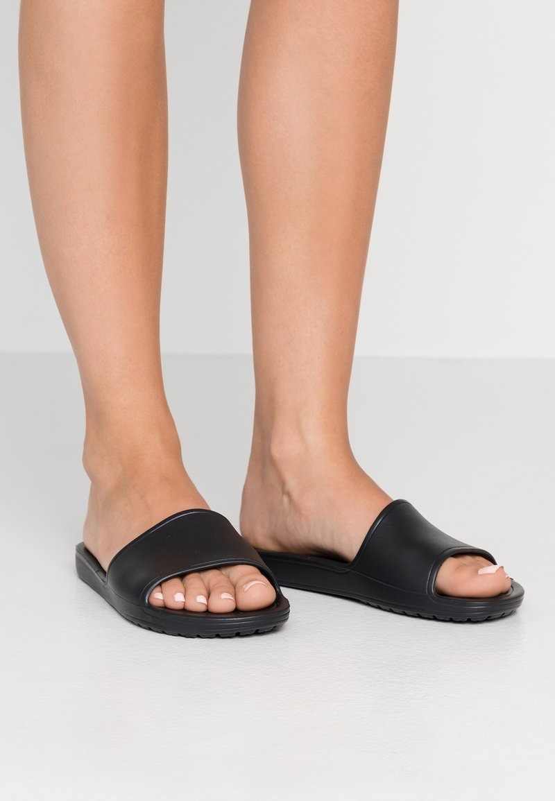 Crocs - SLOANE SLIDE  - Sandaler - black