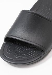 Crocs - SLOANE  - Kapcie - black - 2