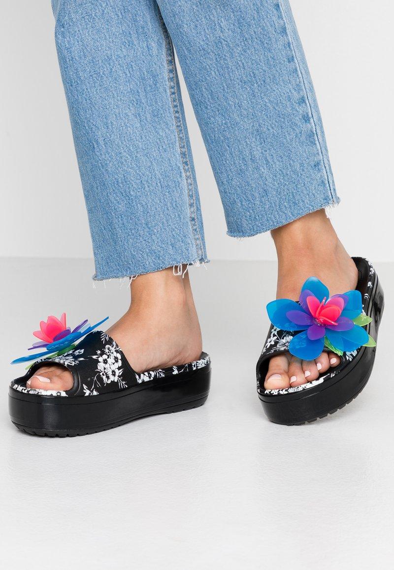 Crocs - CROCBAND PLATFORM HYPER TROPIC SLIDE - Mules - neon floral/black
