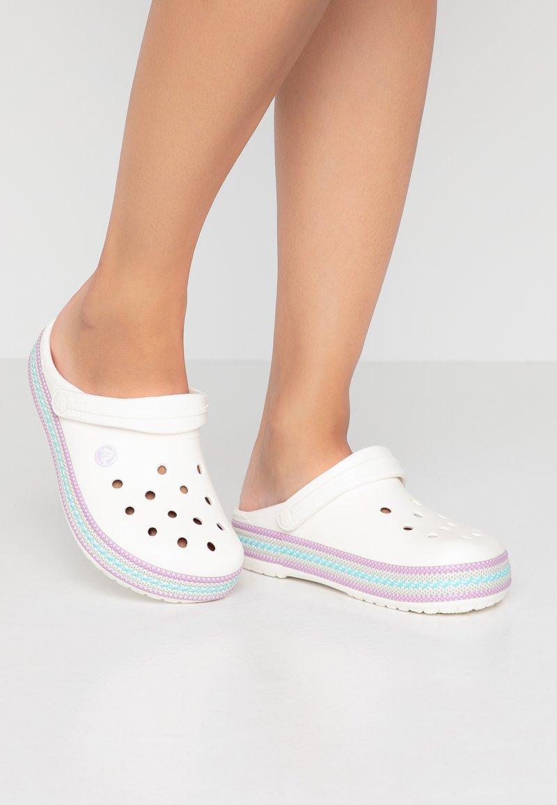 Crocs - CROCBAND SPORT - Pantolette flach - oyster