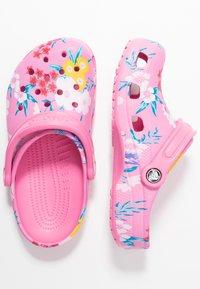 Crocs - CLASSIC PRINTED  - Muiltjes - tropical/pink lemonade - 3
