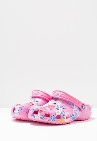 Crocs - CLASSIC PRINTED  - Muiltjes - tropical/pink lemonade - 4