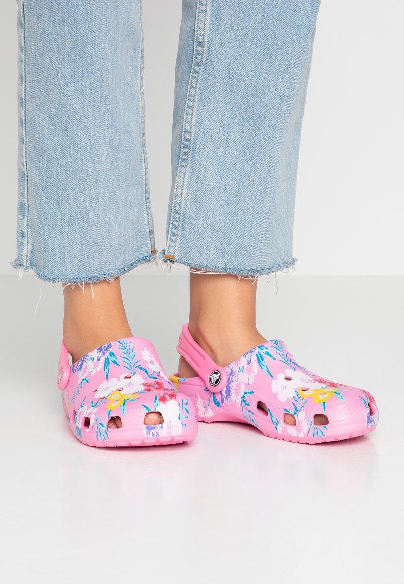 Crocs - CLASSIC PRINTED  - Sandalias planas - tropical/pink lemonade