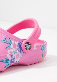 Crocs - CLASSIC PRINTED  - Muiltjes - tropical/pink lemonade - 2