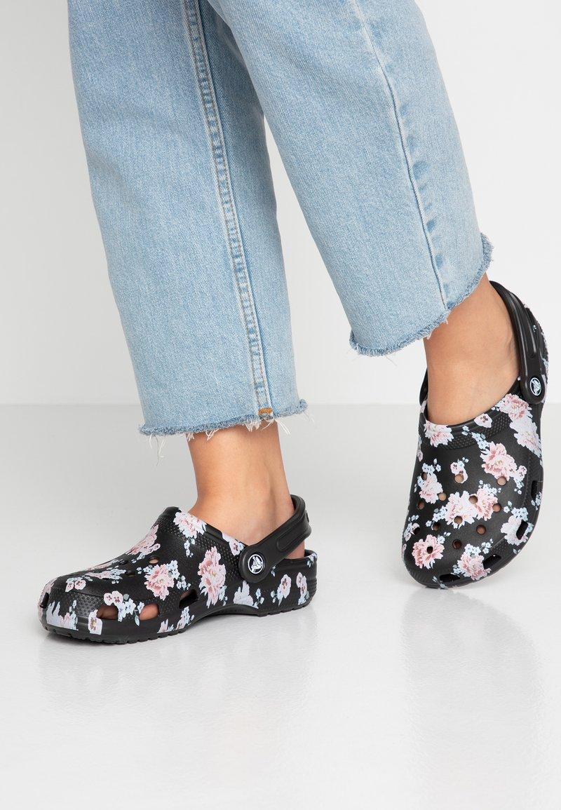 Crocs - CLASSIC PRINTED  - Sandaler - black