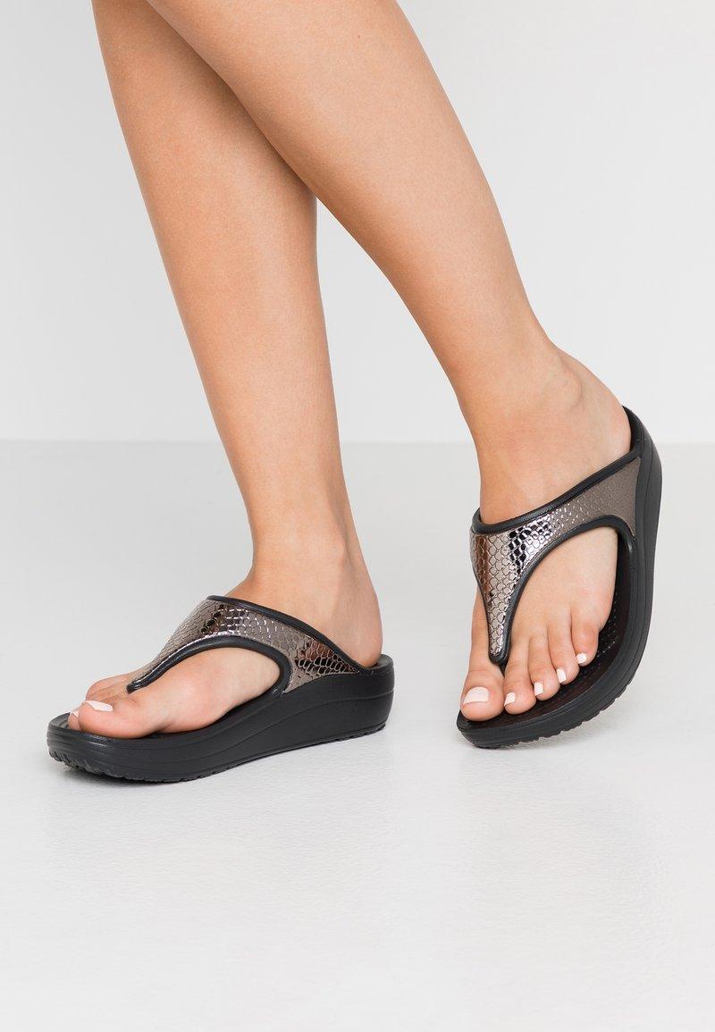Crocs - SLOANE FLIP  - Chaussons - gunmetal/black