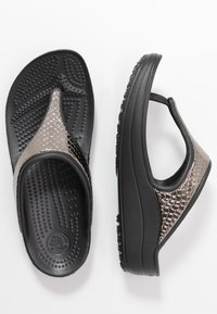 Crocs - SLOANE FLIP  - Boty do bazénu - gunmetal/black - 3