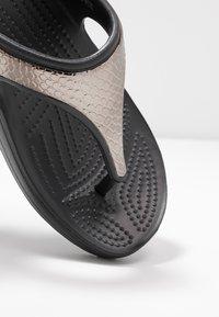 Crocs - SLOANE FLIP  - Chaussons - gunmetal/black - 2
