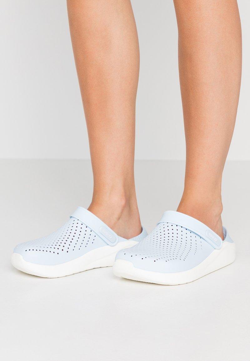 Crocs - LITERIDE  - Pantolette flach - mineral blue/white