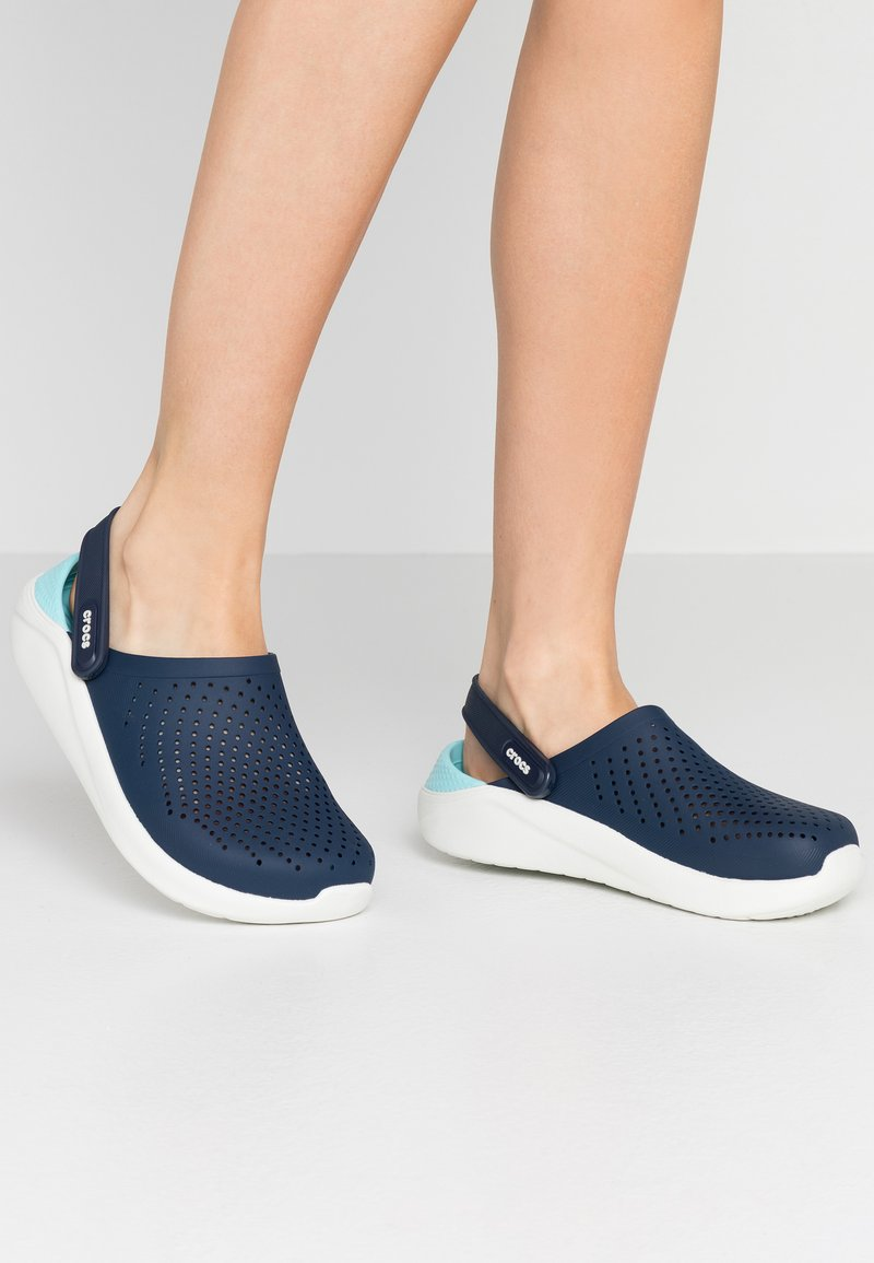 Crocs - LITERIDE RELAXED FIT  - Klapki - navy/almost white