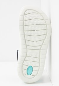 Crocs - LITERIDE RELAXED FIT  - Klapki - navy/almost white - 6