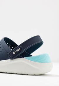 Crocs - LITERIDE RELAXED FIT  - Klapki - navy/almost white - 2