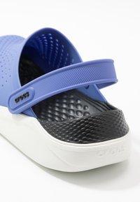 Crocs - LITERIDE - Sandalias planas - lapis/white - 2