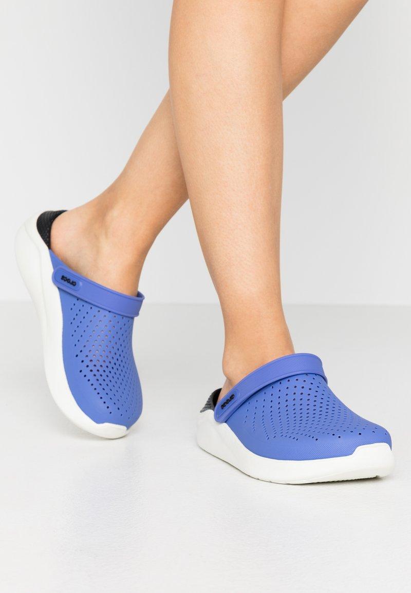 Crocs - LITERIDE - Sandalias planas - lapis/white