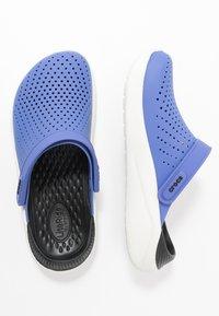 Crocs - LITERIDE - Sandalias planas - lapis/white - 3