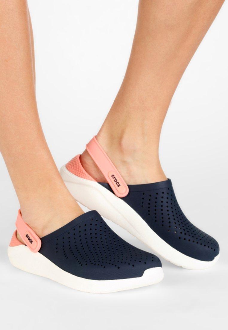 Crocs - LITERIDE - Pantolette flach - navy/melon
