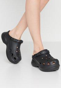 Crocs - CLASSIC BAE  - Klapki - black - 0