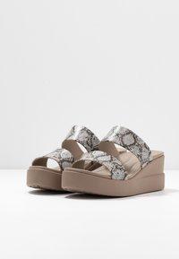 Crocs - BROOKLYN MID WEDGE - Hausschuh - multicolor/stucco - 4