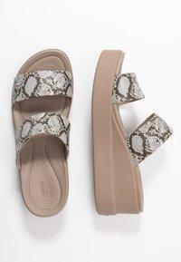 Crocs - BROOKLYN MID WEDGE - Hausschuh - multicolor/stucco - 3